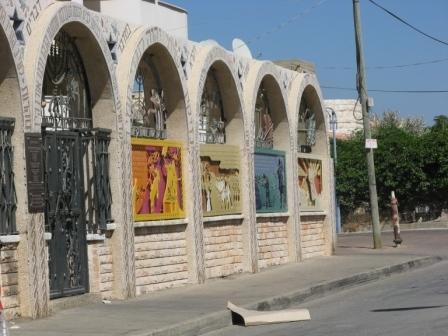 כבר מבחוץ, ניכרת ייחודיותו של בית הכנסת בעיטורים הרבים